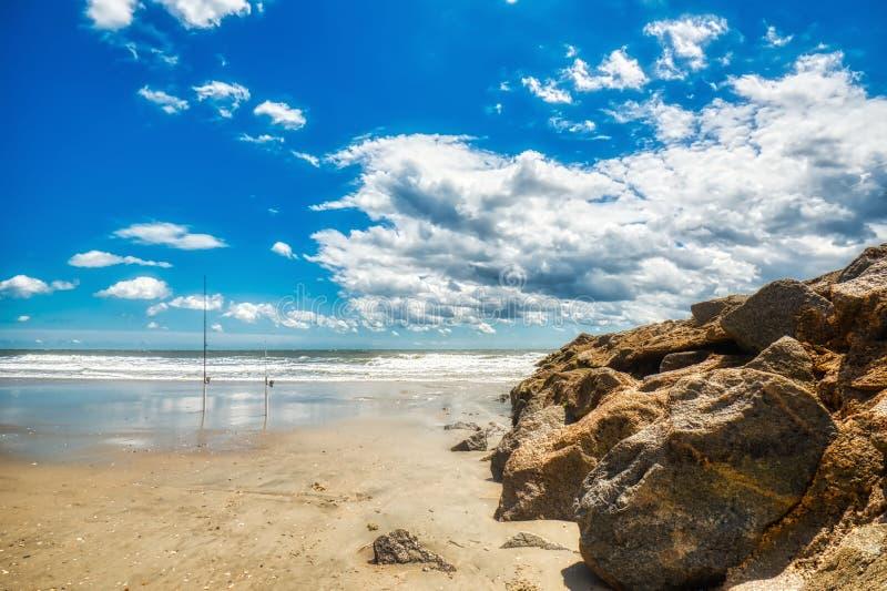 Un cielo, una playa y una roca hermosos en una ingle en la isla de Pawleys imagenes de archivo