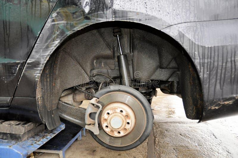 Un cierre encima de discos de freno de la visión y cojines y arco de la rueda de todo el coche de la impulsión de la rueda cuando imagenes de archivo