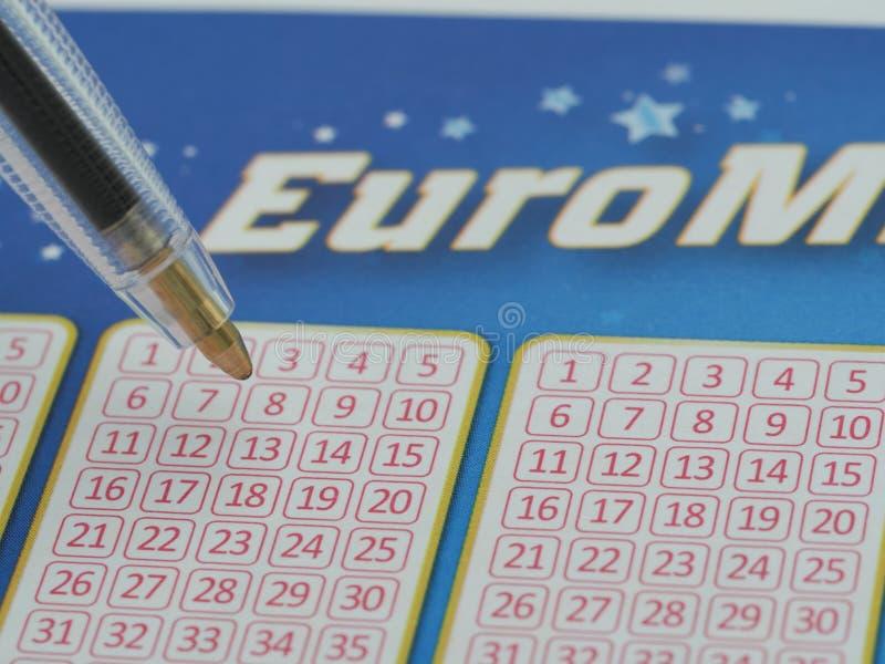 Un cierre encima de la imagen de alta resolución de un boleto de lotería euro de millones imágenes de archivo libres de regalías