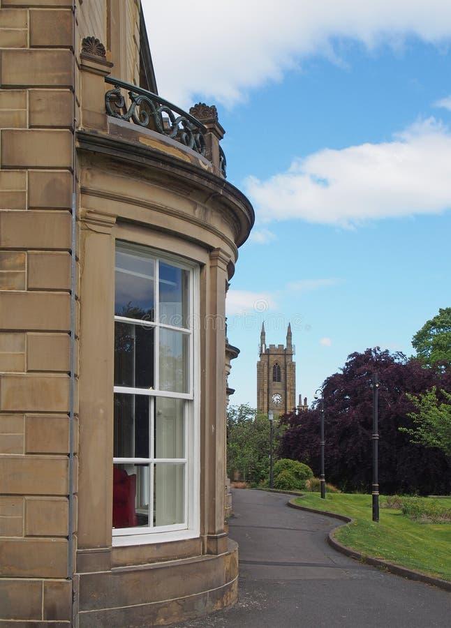 Un cierre encima de la visión a lo largo del lado de la biblioteca pública del brighouse construida en 1841 como casa privada lla fotos de archivo