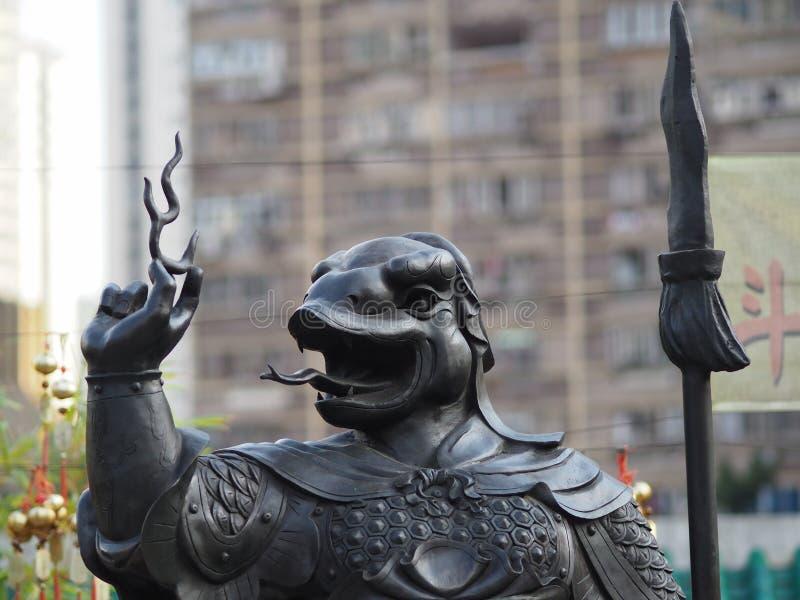Un cierre para arriba de una de las 12 estatuas del zodiaco en el Wong Tai Sin Temple en Hong Kong imagen de archivo