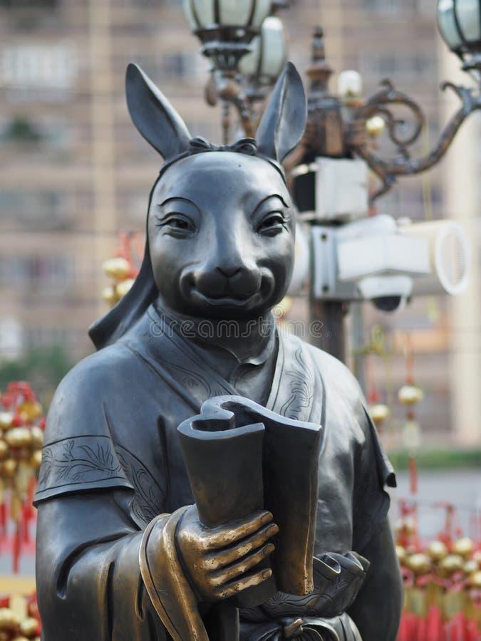 Un cierre para arriba de una de las 12 estatuas del zodiaco en el Wong Tai Sin Temple en Hong Kong imagenes de archivo