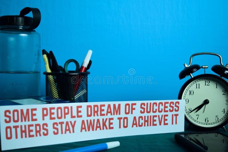 Un cierto sueño de la gente del éxito otros permanece despierto para alcanzarlo que planea en el fondo de la tabla de trabajo con imágenes de archivo libres de regalías