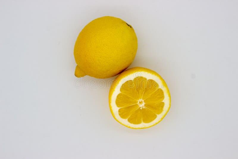 Un citron et moitié d'une image d'isolement par citron sur un fond blanc photos stock