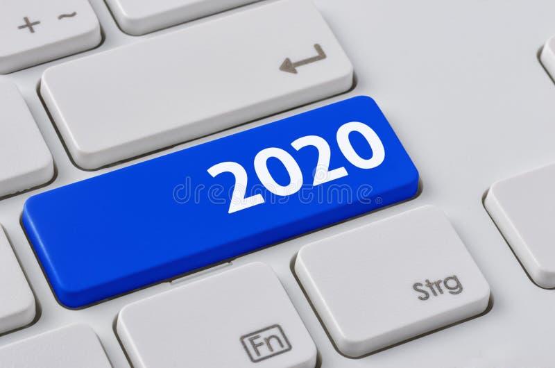 Un clavier avec un bouton bleu - 2020 photo libre de droits