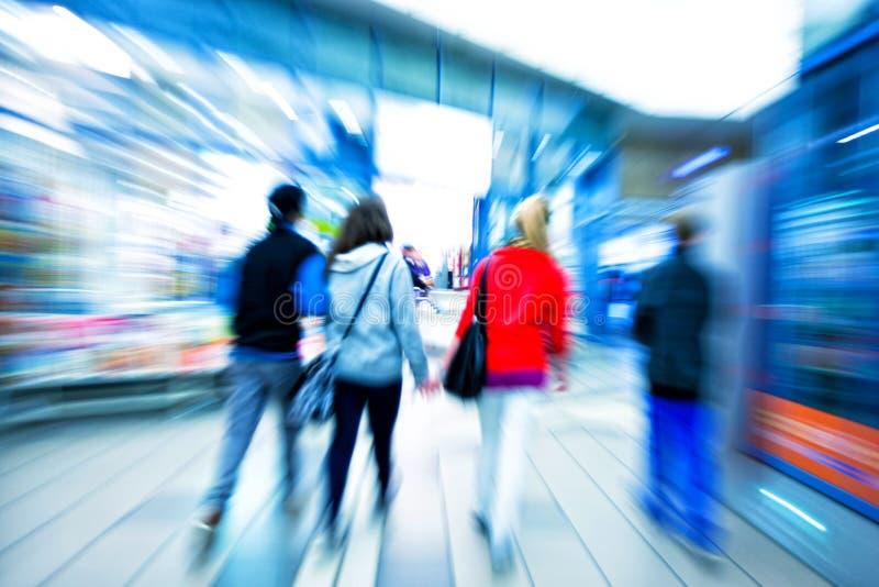 Un client marchant après une fenêtre de magasin image stock