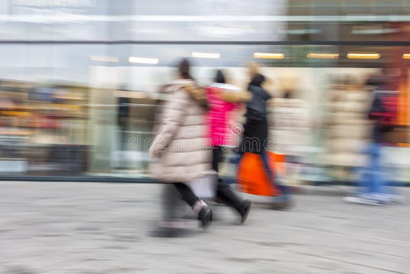 Un client marchant devant la fenêtre de boutique image stock