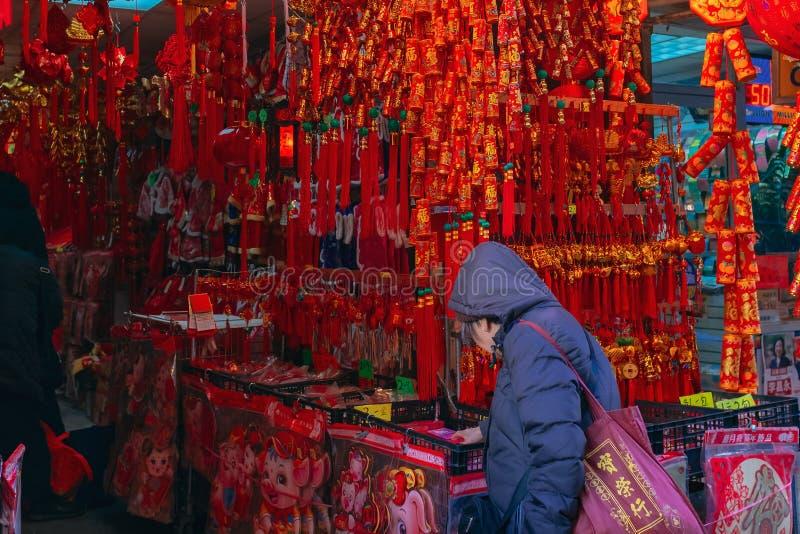Un cliente está haciendo compras para las decoraciones chinas del Año Nuevo en una tienda en Chinatown, como el Año Nuevo lunar c imágenes de archivo libres de regalías