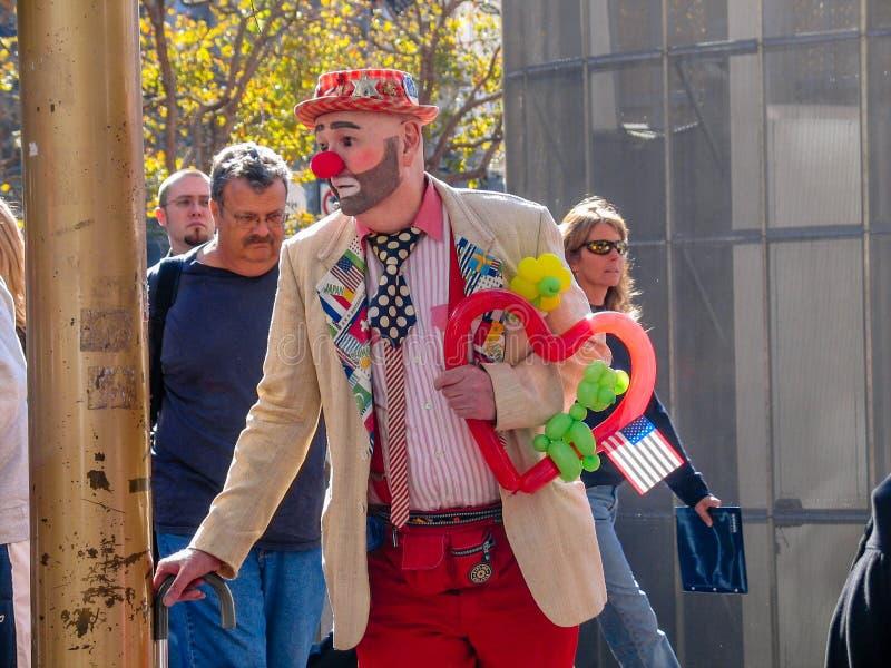 Un clown habillé par homme non identifié amusent des personnes près du funiculaire image libre de droits
