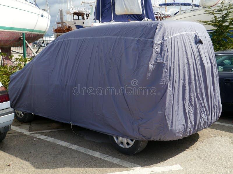 Un coche con una cubierta fotos de archivo libres de regalías