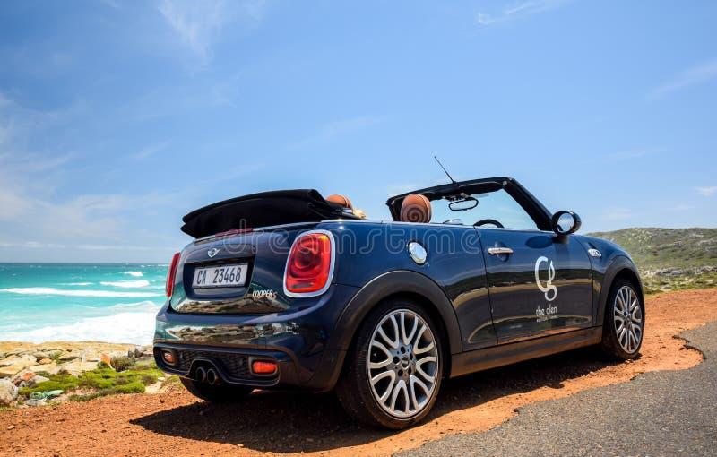 Un coche de alquiler convertible de MINI Cooper S, poseído por Glen Boutique Hotel en Cape Town imágenes de archivo libres de regalías