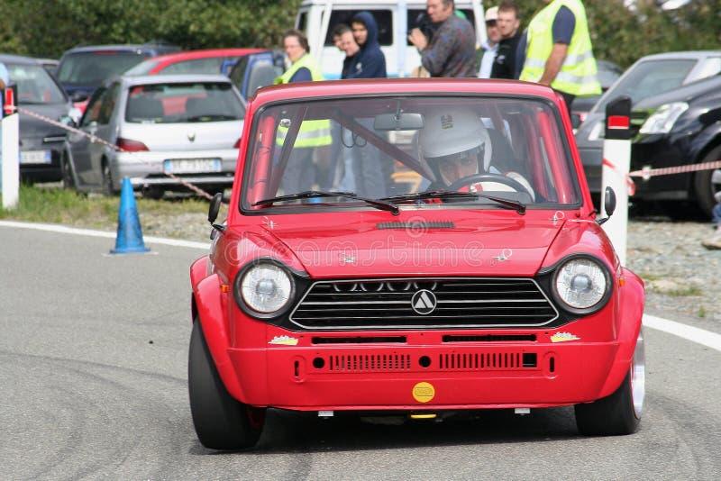 Un coche de carreras del prototipo de Autobianchi A112 Abarth durante la raza ascendente Mignanego Giovi de la velocidad fotos de archivo