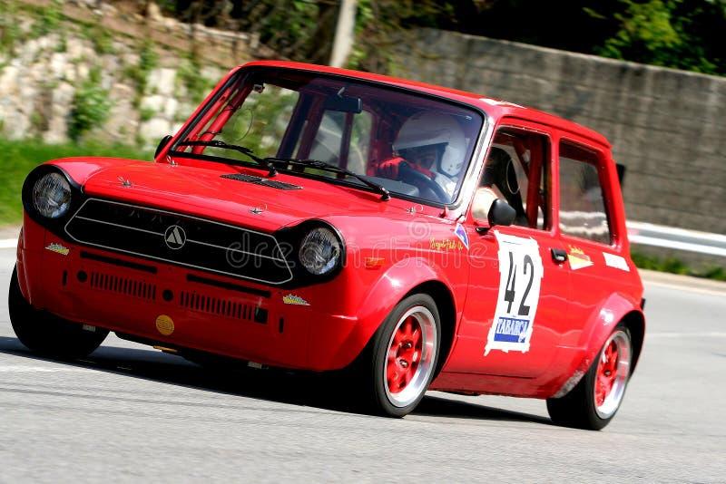 Un coche de carreras del prototipo de Autobianchi A112 Abarth durante la raza ascendente Mignanego Giovi de la velocidad fotografía de archivo
