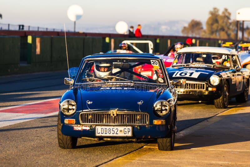 Un coche de competición clásico se alinea en la línea de salida en el circuito de carreras de Kyalami fotografía de archivo