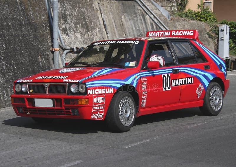 Un coche de competición del HF del delta de Lancia durante un ensayo sincronizado de la velocidad imagen de archivo