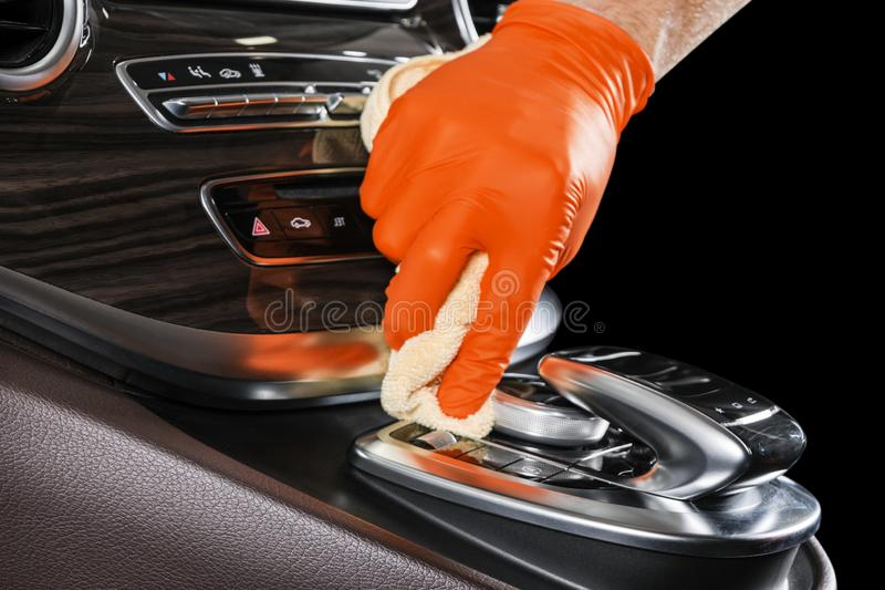 Un coche de la limpieza del hombre con el paño de la microfibra Concepto de detalle o valeting del coche Foco selectivo Detalle d fotos de archivo libres de regalías