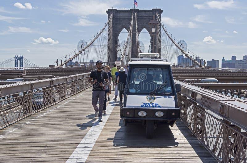 Un coche eléctrico de la pequeña policía en el sendero de la Brooklyn Brid imagenes de archivo
