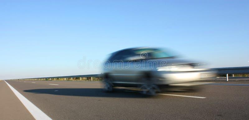 Un coche en una carretera imagen de archivo