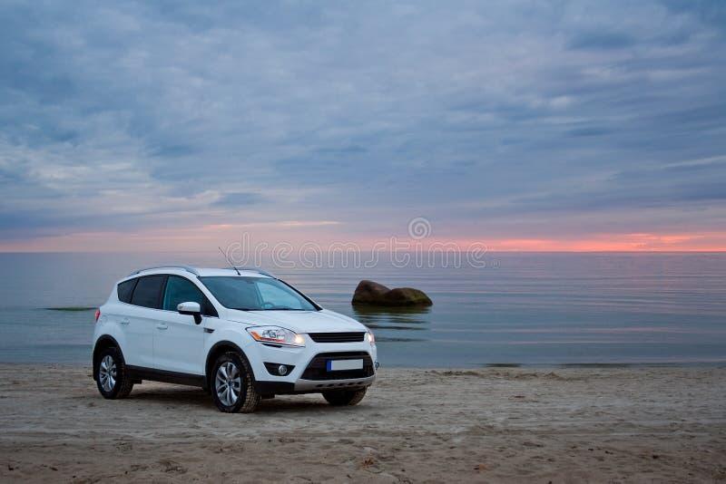 Un coche en una playa foto de archivo libre de regalías