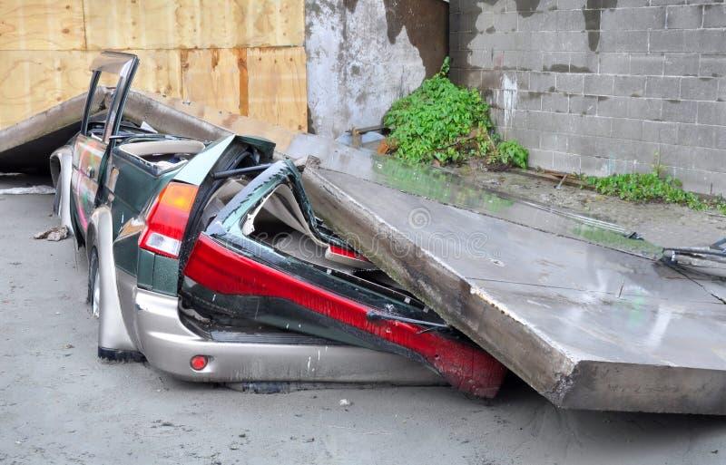 Coche machacado en terremoto. imagen de archivo