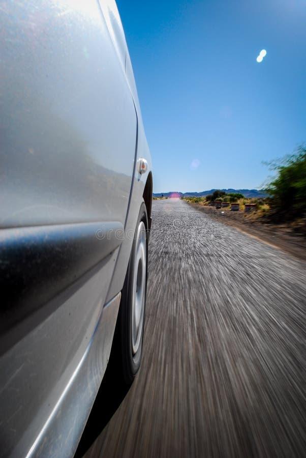 Un coche que va en el camino imagen de archivo