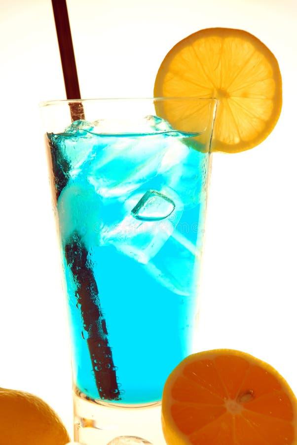 Un cocktail bleu dans un verre de citron images libres de droits