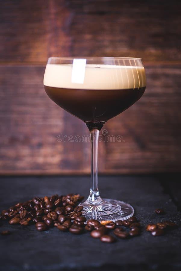 Un cocktail de café se tient sur un fond en bois photographie stock libre de droits