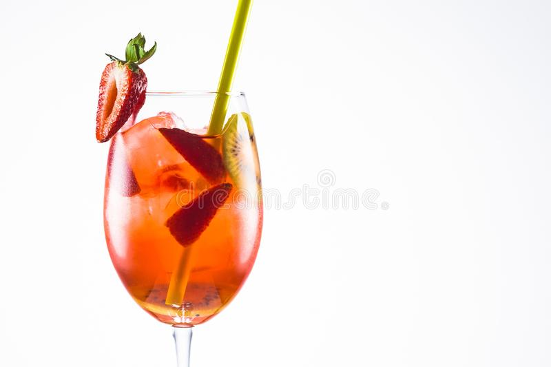 Un cocktail orange d'alcool avec une paille sur le fond blanc photo stock