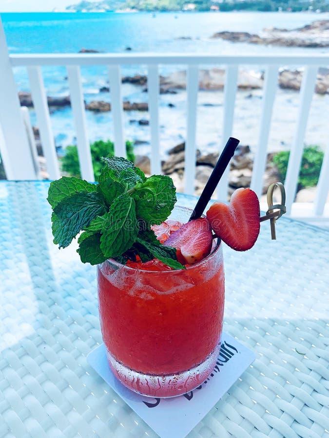 Un cocktail rouge photos stock