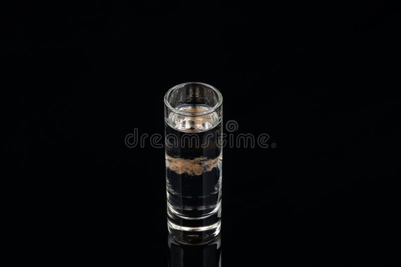 Un coctail de vodka sur le fond noir Projectile de studio image libre de droits