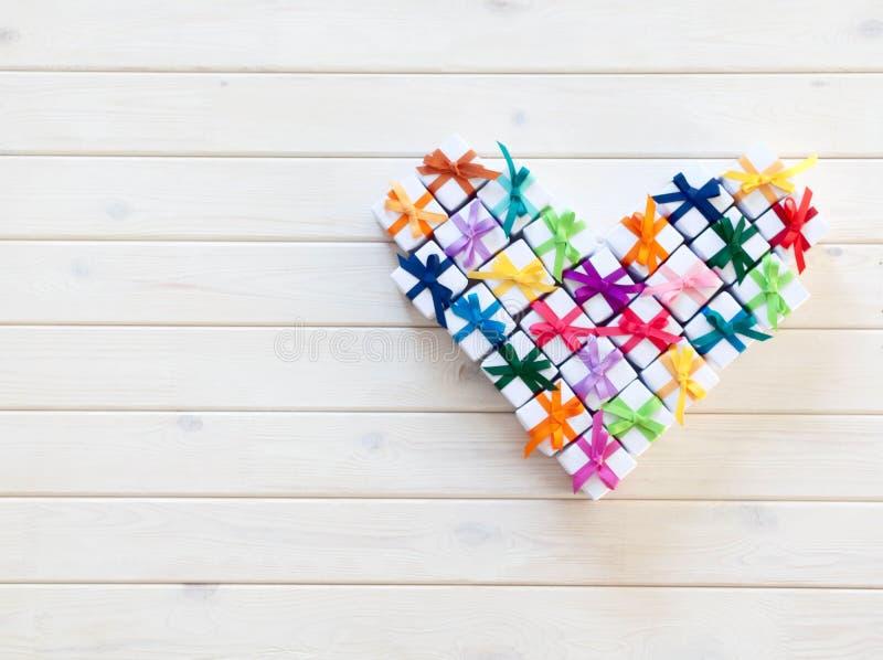Un coeur des boîte-cadeau blancs avec le ruban coloré photos stock