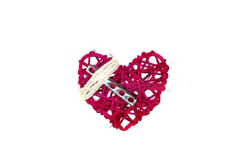 Un coeur, un plat chirurgical orthopédique en acier, et ficelle blanche photographie stock libre de droits