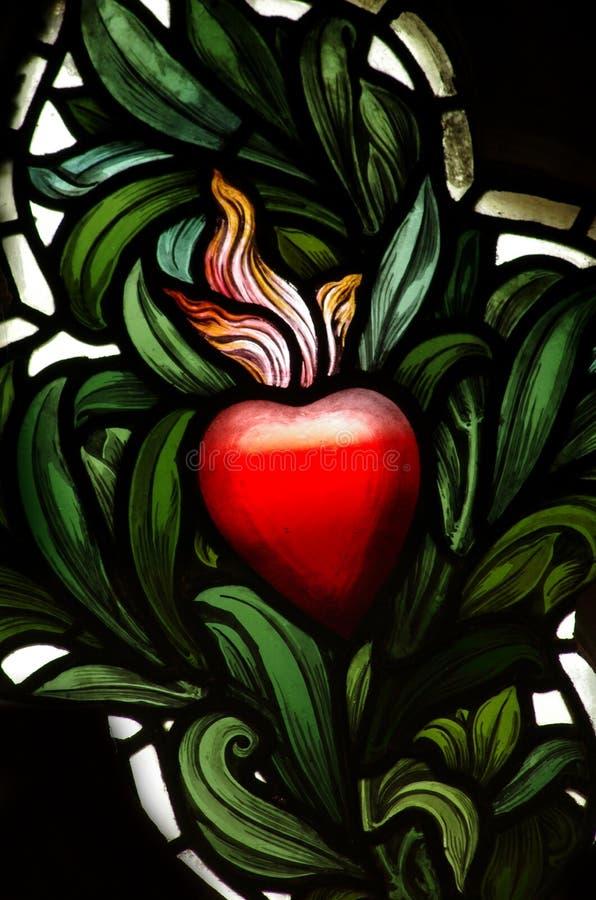 Un coeur rouge en verre souillé photo libre de droits
