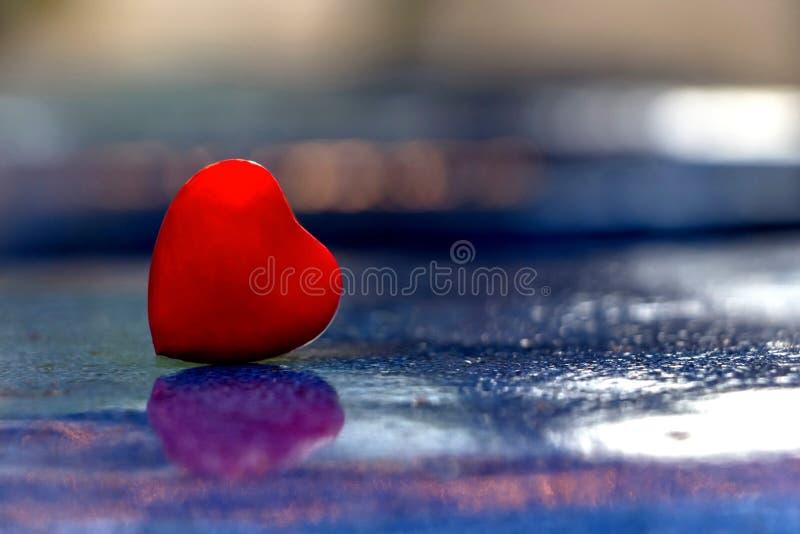 Un coeur rouge sur la surface bleue pour l'amour et le fond de valentines photographie stock