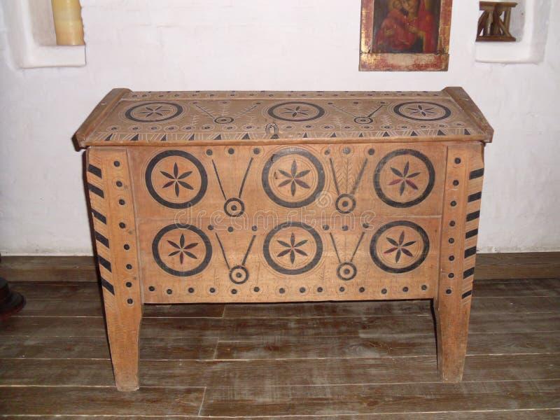 Un coffre en bois dans l'intérieur images libres de droits