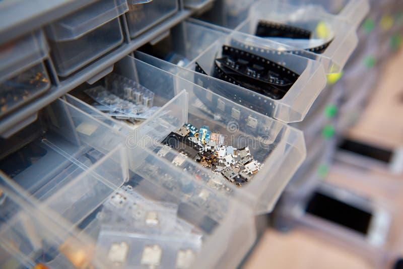 Un coffret avec des pièces de rechange pour la réparation des téléphones portables photo stock