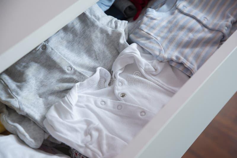 Un coffret avec vêtements du ` s d'enfants de petits photos stock