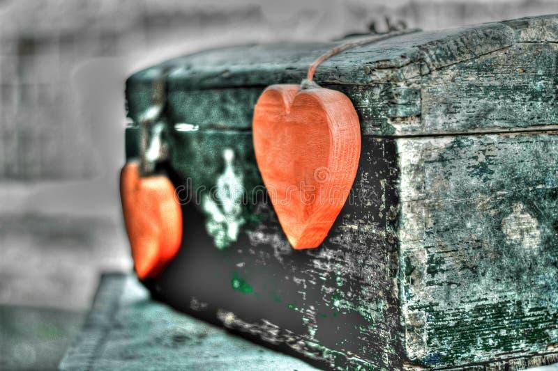 Un cofre del tesoro del amor con todos los corazones del mundo imágenes de archivo libres de regalías