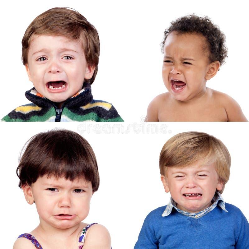 Un collage della foto di un criyng di quattro bambini immagini stock libere da diritti