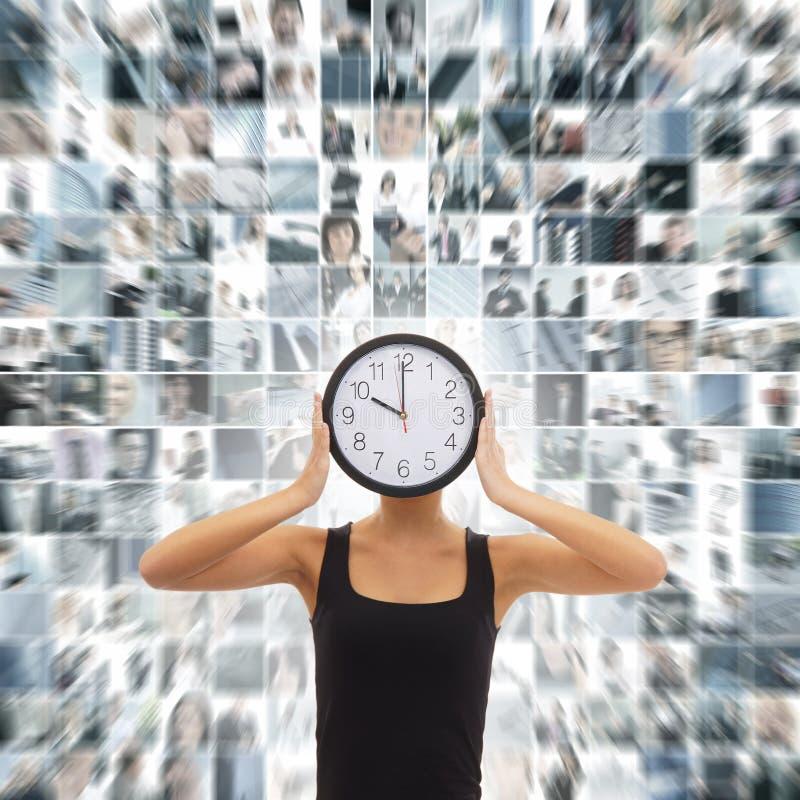 Un collage di una donna che tiene un orologio su un fondo di affari immagine stock libera da diritti