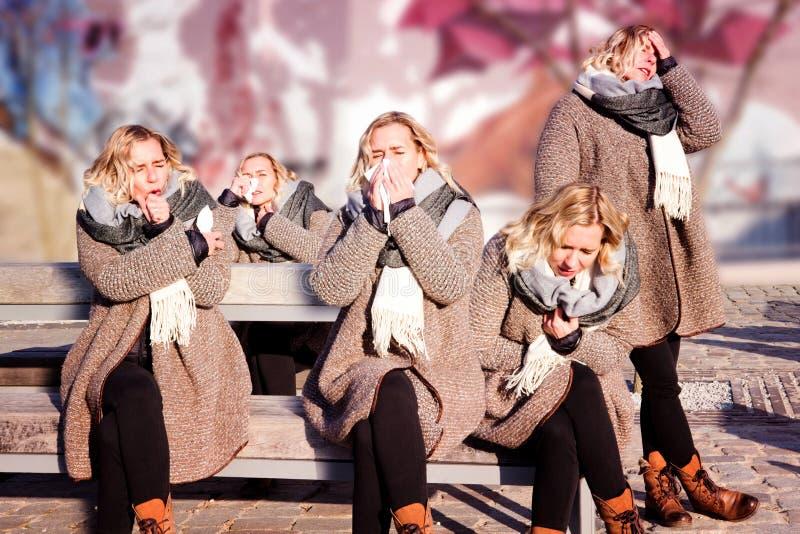 Un collage di una persona con un freddo nelle posizioni multiple immagine stock