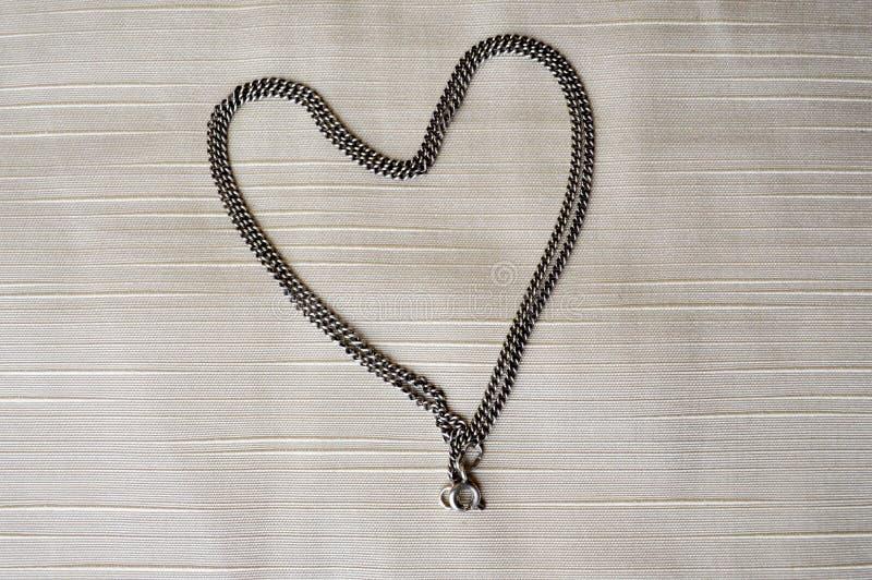 Un collier en forme de triangle femelle décoré des diamants de scintillement, diamants, bijoux photos libres de droits
