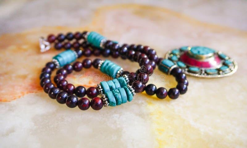Un collier fait main de pierre gemme, travail de perle photo stock