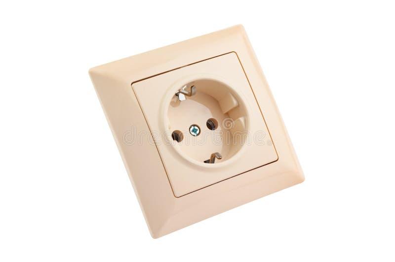 Un color beige plástico cuadrado del zócalo eléctrico para el cable con el enchufe aislado en el fondo blanco imagen de archivo libre de regalías