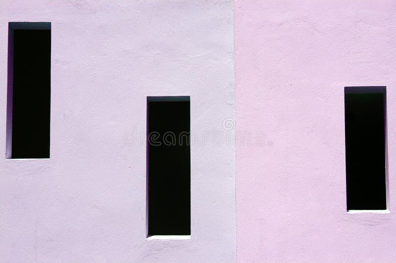 Un colore rosa delle tre finestre fotografia stock libera da diritti