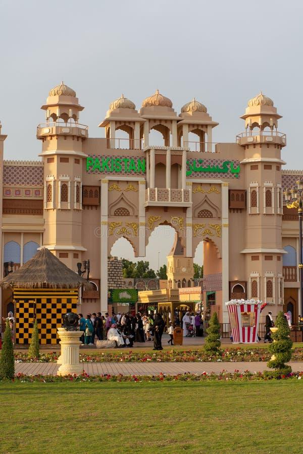 Un colpo del segno del Pakistan con la mostra del cielo blu al mercato del villaggio globale nel Dubai, Emirati Arabi Uniti al tr immagine stock libera da diritti