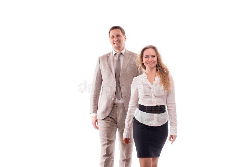 Un colpo dello studio di due giovani impiegati sorridenti o di un uomo d'affari, un uomo e una donna, con confidenza espressament fotografie stock libere da diritti