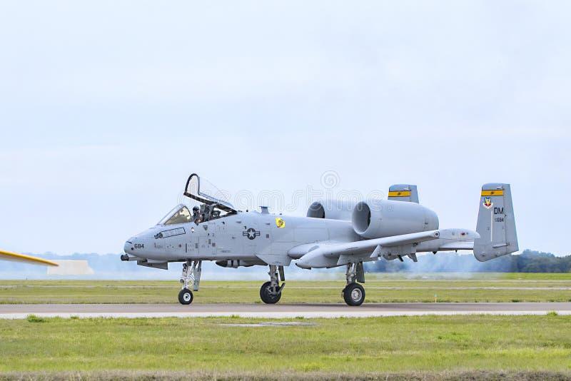 Un colpo di fulmine II Jet On The Runway militare della Repubblica A-10C di Fairchild fotografia stock libera da diritti