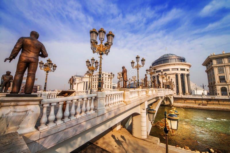 Un colpo grandangolare del ponte di arte a Skopje alla luce di primo mattino immagini stock libere da diritti
