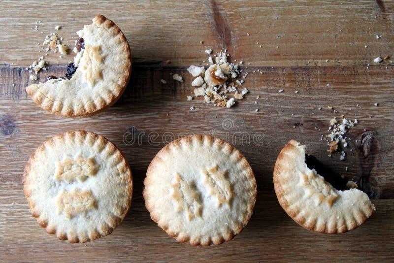 Un colpo sopraelevato di quattro mince pie, un desser tradizionale di Natale immagine stock